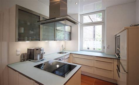 arbeitsplatte maßanfertigung wohnzimmer grau rot