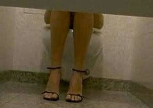 spiate nei bagni spiate in bagno ufficio dipendenti risarcite ma