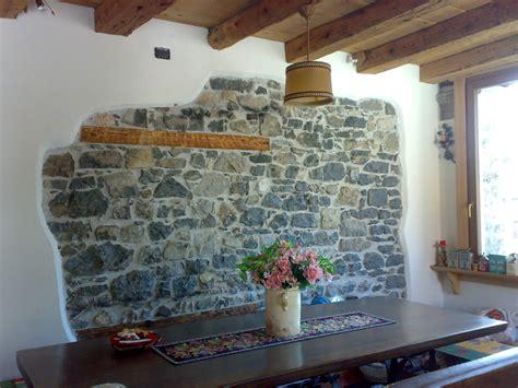 soggiorno con muro in pietra rivestimento soggiorno pietra idee per il design della casa