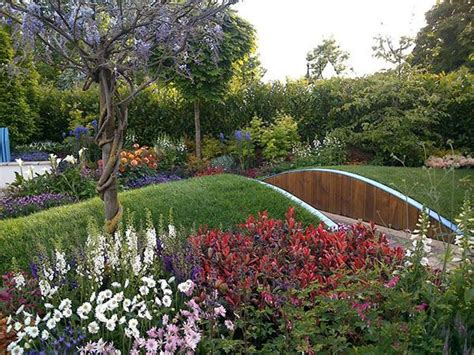 giardino fiorito tutto l anno fiori perenni per avere un balcone o un giardino fiorito
