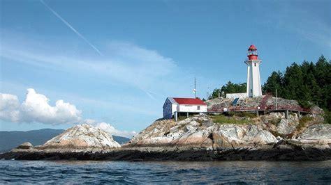 Magnifique phare sur la rive rocheuse Papier peint