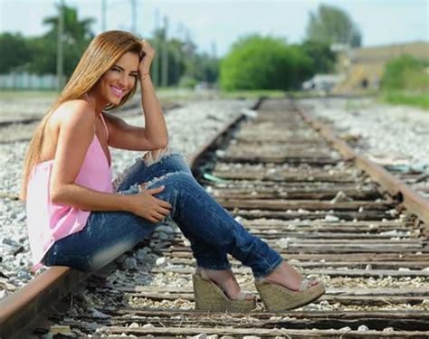 understood commercial actress regalo de viernes gabyespino con un look casual y alegre