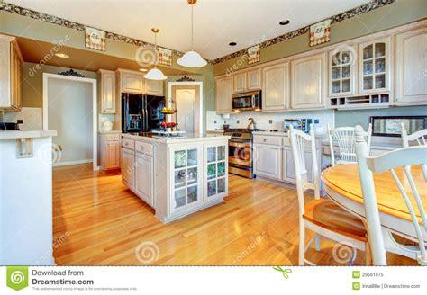 Kitchen Wallpaper Borders Ideas grande belle cuisine blanche avec le plancher en bois dur