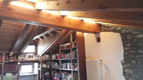 travi di legno per soffitti illuminazione soffitti in legno con travi led per