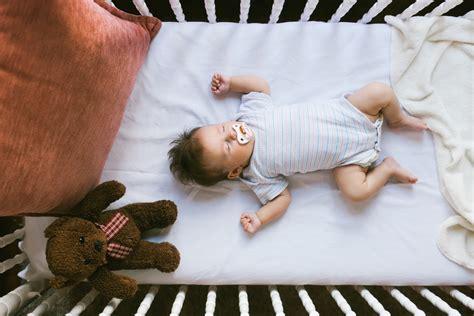 baby ins bett bringen ratgeber schlafen ab ins bettchen