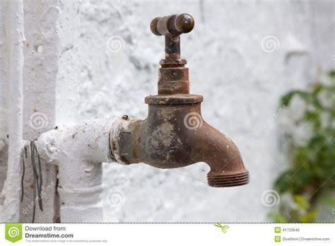 robinet laiton jardin vieux robinet en laiton pour l arrosage de jardin photo