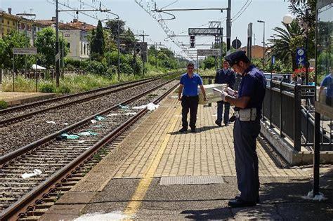 suicidio pavia cascina giovane si uccide gettandosi sotto un treno la