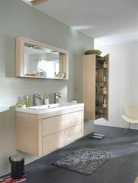 Ordinaire Recouvrement Mur Salle De Bain #1: colonne-de-salle-de-bain-en-bois-clair-sol-en-carrelage-gris-meuble-mural-en-bois.jpg