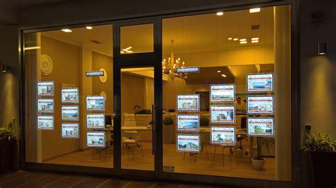 vetrine illuminate mediastile vitrinemedia schermi luminosi led da vetrina