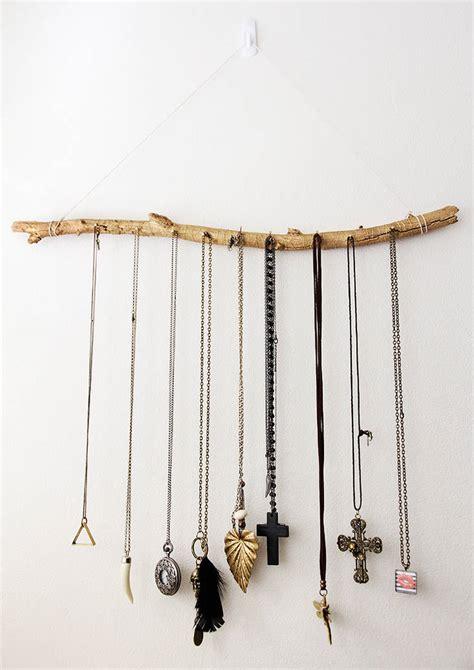 porte colliers mural avec une branche darbre guide astuces