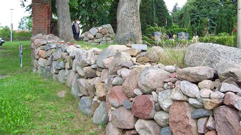 trockenmauer bauen ohne fundament trockenmauer bauen bauanleitung und worauf es ankommt