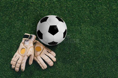 foto guanti da portiere guanti portiere e pallone da calcio immagine stock