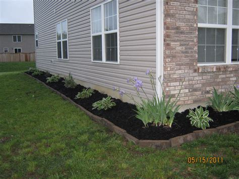 landscaping ideas for the side of the house black mulch landscaping we used rectangular pavers along with black mulch our wonderful