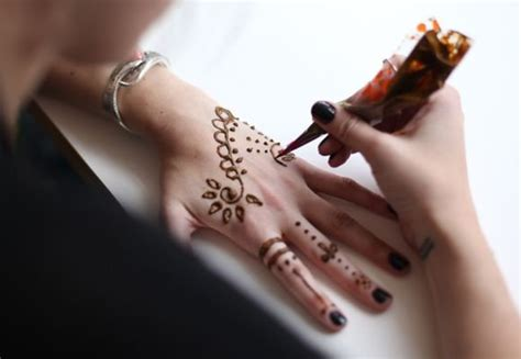how to apply a henna tattoo tutorial on how to use the temporary henna sets