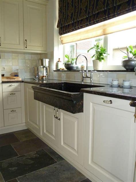 landelijke keuken wit klassiek landelijke keuken in warm wit en natuurstenen