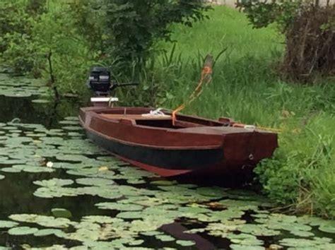 roeiboot met motor gerenoveerde houten platbodem roeiboot met motor