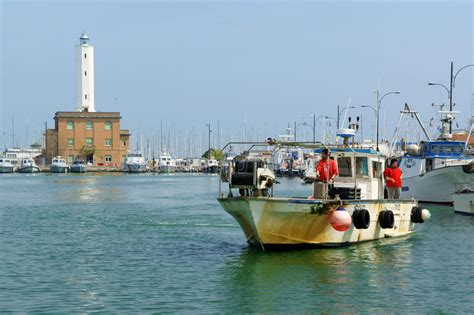 porto di marina di ravenna pescatori a porto di marina di ravenna italia fotografia