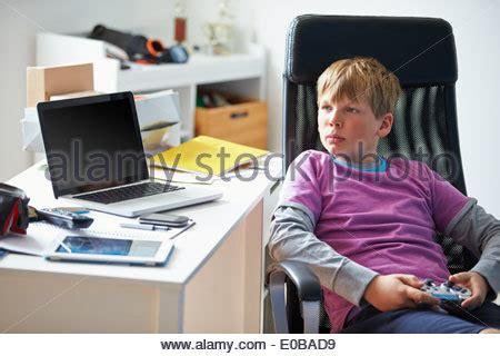 videospiel schlafzimmer 9 j 228 hriger junge mit videospielen stockfoto bild