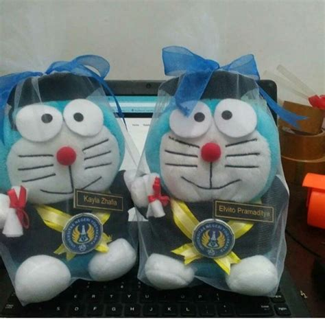 Boneka Wisuda Doraemon Hadiah Wisuda Boneka Doraemon Kado Wisuda doraemon boneka wisuda uny kado wisudaku