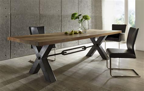 gestell in einem laden esstisch aus massiv eiche tisch im industriedesign mit