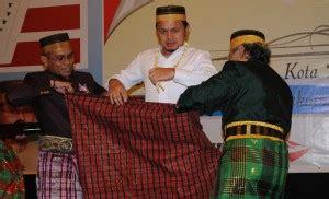Sarung Bima X Walikota Bogor Dipasangi Sarung Adat Bugis Makassar