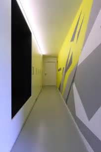 Formidable Idee Couleur Couloir Entree #1: peinture-couloir-grise-blanche-jaune-motifs-g%C3%A9om%C3%A9triques.jpeg