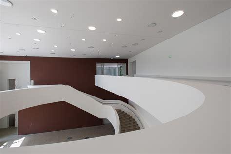 foyer treppen sprengel museum in hannover beton kultur baunetz wissen