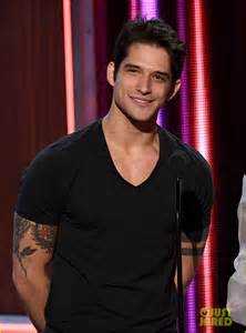 Tyler Posey Presents at People's Choice Awards 2017 After