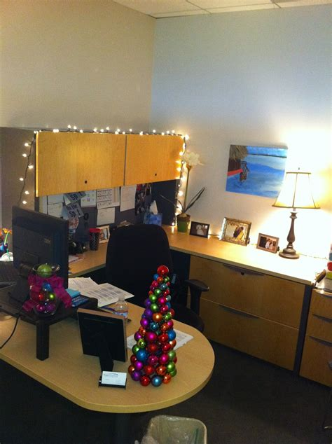 i am quirky yes i decorate my office for christmas