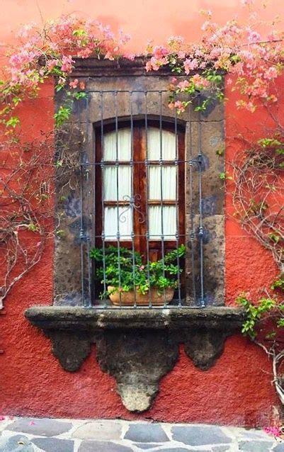 fachada de casa de pueblo ventanas guanajuatomexico