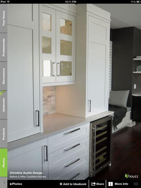 caesarstone splashback cooktop caesarstone bianco drift with white shaker cabinets what