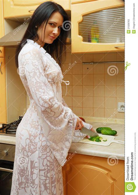 femme a la cuisine femme faisant cuire dans la cuisine photos stock