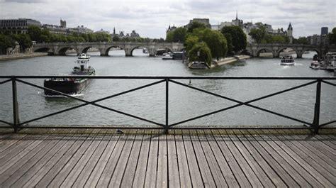 cadenas unis france sur le pont des arts la fin des cadenas d amour brise le