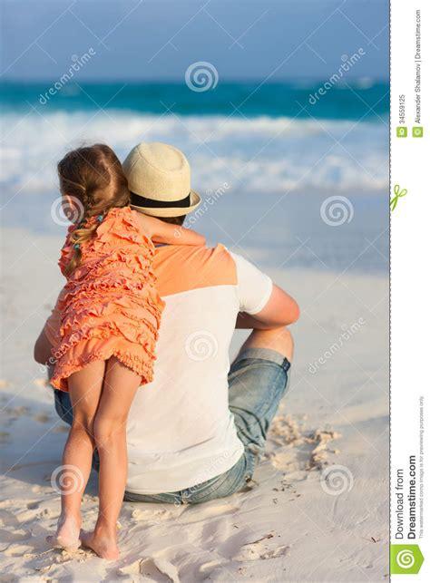 padre manosea la hija padre manosea la hija padre e hija en la playa foto de