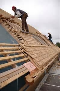 pose d une toiture en bardeaux de bois maisoneco