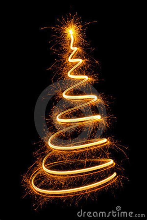 netter weihnachtsbaum gezeichnet mit funkelnder leuchte