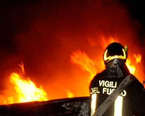 uffici alitalia roma enorme incendio in fiamme ex uffici alitalia