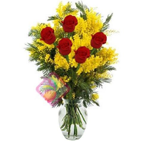 mazzo di fiori con mimose cinque rosse e mimosa spediamo fiori dolci e