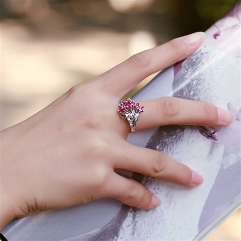 Cincin Wanita Blue Topas Bertahta Berlian cincin wanita model solitaire dengan bahan emas putih 14k