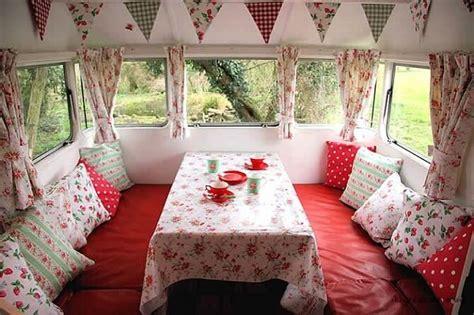 Caravanes Vintage Lila Sur Sa Terrasse Au Bureau Carré Sénart