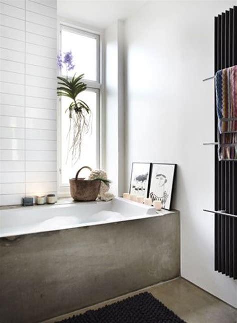 low cost bad umgestalten ideen badkamer met betonnen vloer en bad badkamers voorbeelden