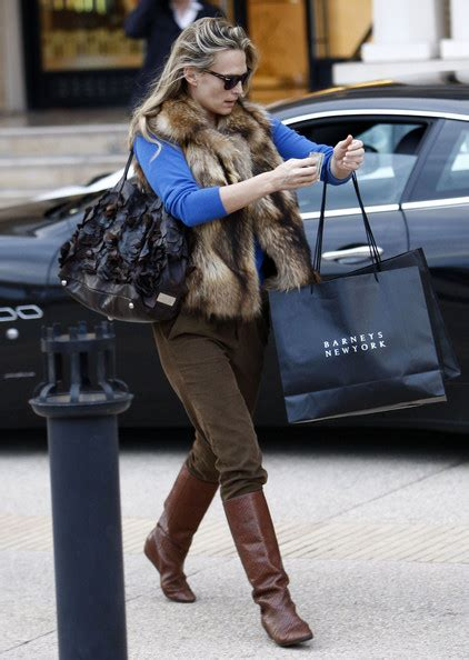 New York Chic Molly Sims Shows How In Sleek Grey Peeptoes A Snuggly Cardigan Ruana With A Style Blouse Fashiontribes Fashion by Molly Sims Photos Photos Molly Sims Out Shopping At