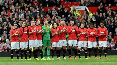 manchester united players applaud late nelson mandela