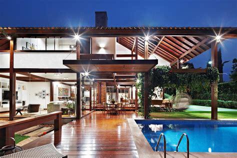 Asian Style House Plans by Arquiteto Preserva Estrutura Em Casa De Madeira E Prioriza