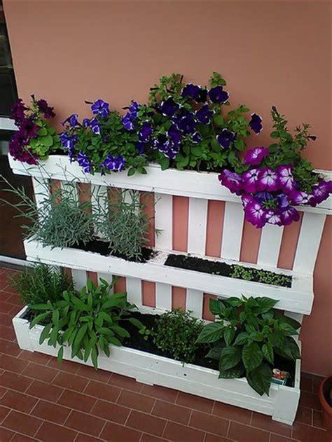 fiori in terrazza fioriera da riuso bancale pallet per giardino o terrazza