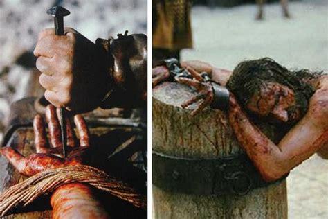 imagenes fuertes de jesus en la cruz en la imagen izquierda jes 250 s siendo clavado en la cruz
