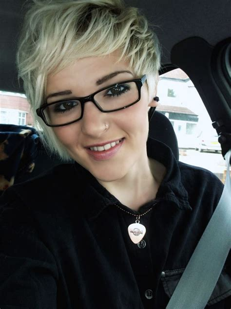 pixie cut with bangs glasses google search hair styles blonde short hair pixie cut love it with glasses kiss