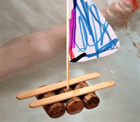 bootje maken dat kan varen varen op het water met een klein zelfgemaakt vlot