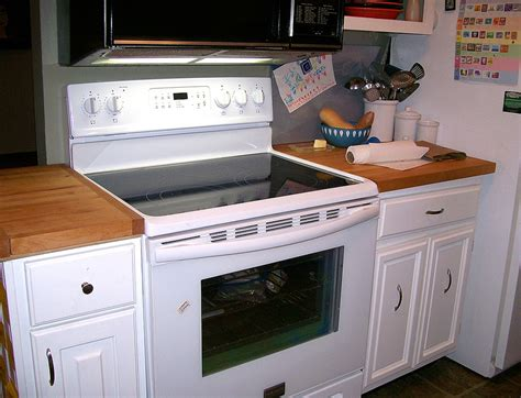 white cabinets with white appliances best 25 white kitchen appliances ideas on pinterest