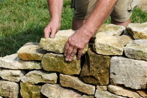 steinmauern garten im garten eine steinmauer errichten 187 diese m 246 glichkeiten